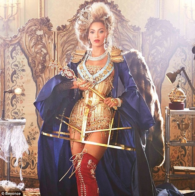 28febcc800000578-3093593-so_regal_beyonce_dressed_as_a_queen_for_her_music_video_for_bow_-m-6_1432339003710